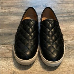 Black quilted casual shoes